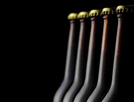 botellas de cerveza: Cierre de botellas de cerveza en un fondo negro
