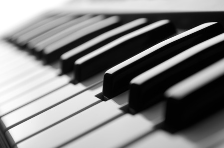 fortepian: Piano klucze bliska zobaczyć czarno-biały