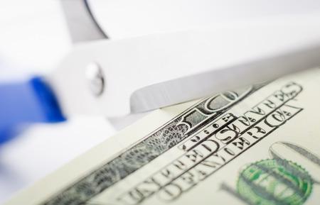 Schaar die honderd dollarsclose-up snijdt