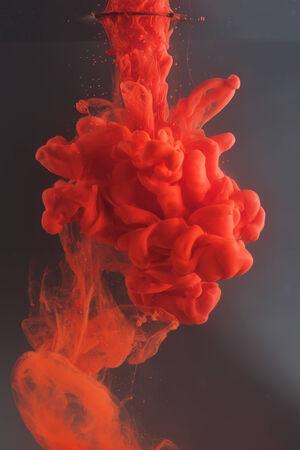 agua splash: Tinta en agua en forma de coraz�n. Arco iris de colores.
