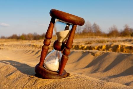 reloj antiguo: reloj de arena en el desierto Foto de archivo