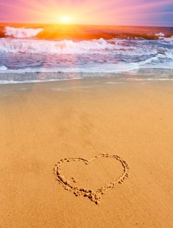 boda en la playa: coraz�n signo en la arena de la playa del mar