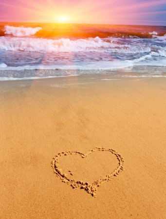 hart teken op zand op zee strand