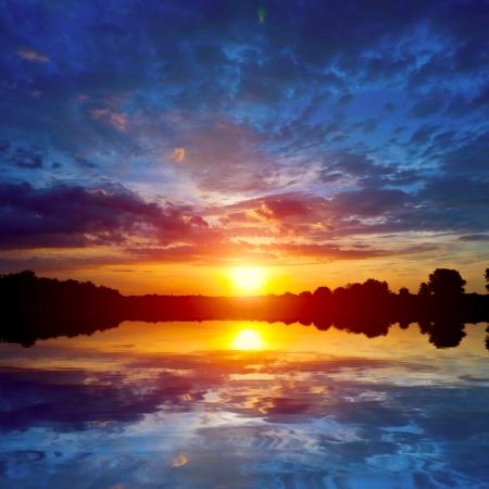 el cielo: escena bonita puesta de sol en el lago