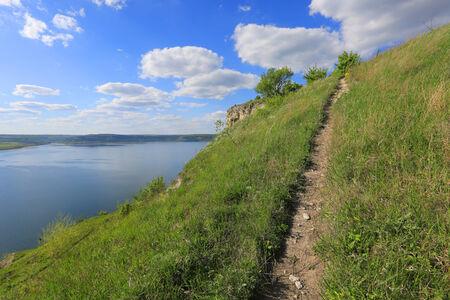 over the hill: camino sobre la colina, cerca de gran lago en buen d�a Foto de archivo