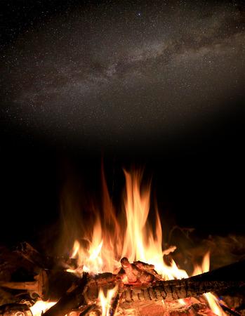 under fire: Escena de la noche con fuego Camn bajo las estrellas en el cielo