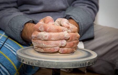 ollas de barro: manos de alfarero hacer jarra de arcilla