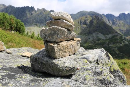 Abstrakte ausgewogene Steine in den Bergen