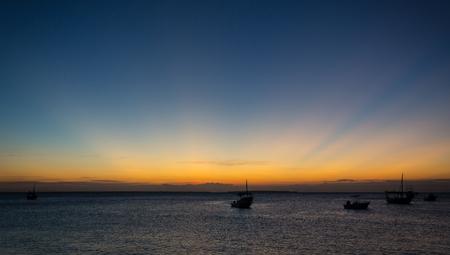 escena nocturna en el mar después del atardecer Foto de archivo
