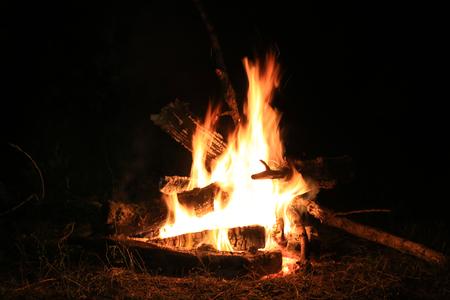 feu de camp chaud abstrait pendant la nuit