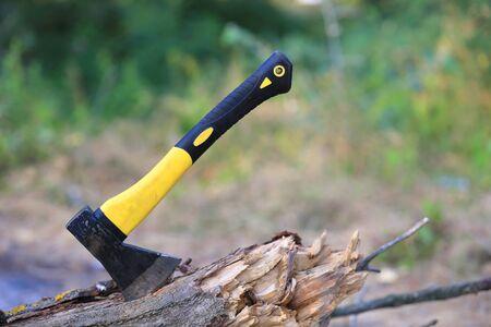 Ansicht auf Axt mit gelbem Griff aus Holz