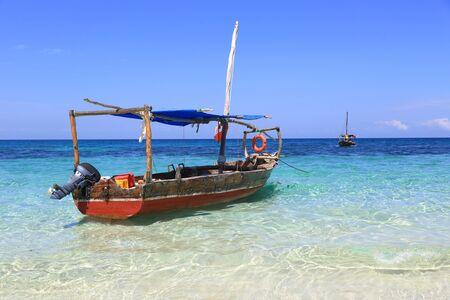 wooden motor boat on ocean beach, Zanzibar, Africa 免版税图像
