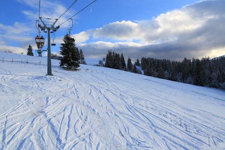 ski chair lift in a ski resort in the carpathians, Ukraine, Izki Standard-Bild