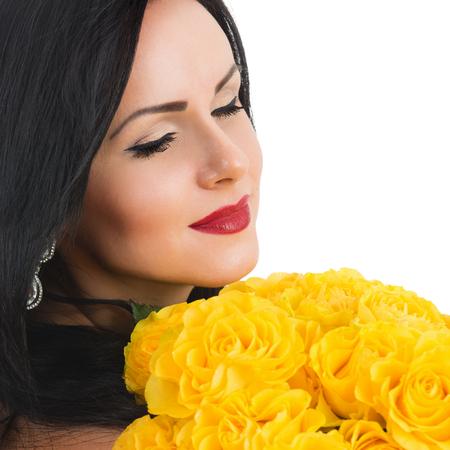 mujer con rosas: Retrato de una hermosa mujer feliz con un ramo de rosas Foto de archivo