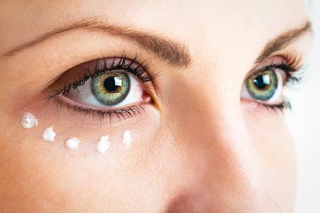 目の周りの皮膚のお手入れ。クローズ アップ写真