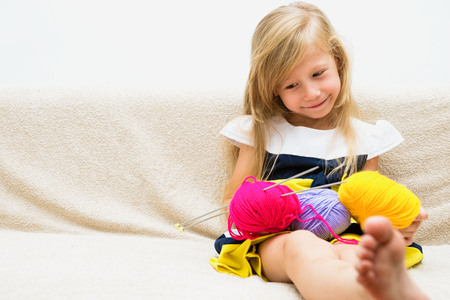 Portrait eines schönen Mädchens mit Garn