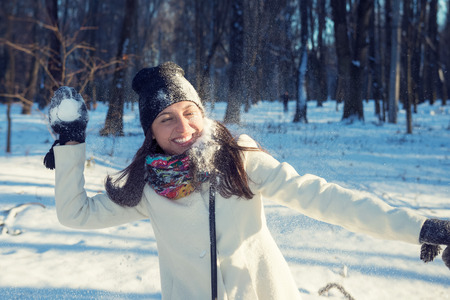 palle di neve: Young attractive woman playing snowballs