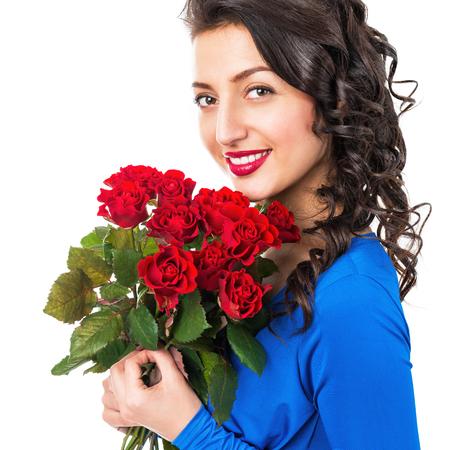 mujer con rosas: Retrato de una mujer sonriente con rosas sobre un fondo blanco