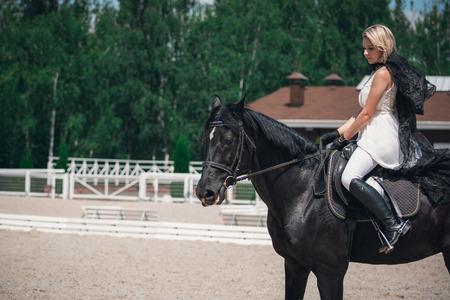 Portret pięknej młodej kobiety na koniu. Jeździec