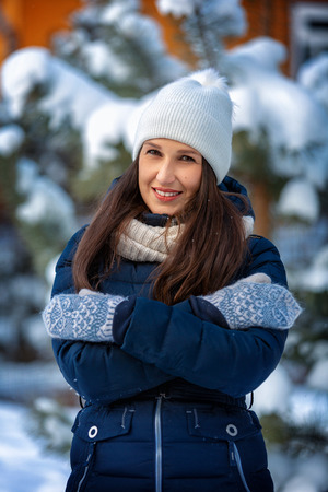 Portrait of a beautiful happy woman in winter outdoors Imagens