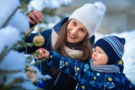 Christmas. Woman and child in winter in nature. Portrait of a happy family Imagens