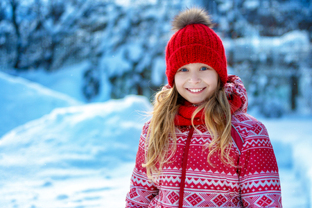 Portrait of a cheerful child in the winter outdoors Imagens