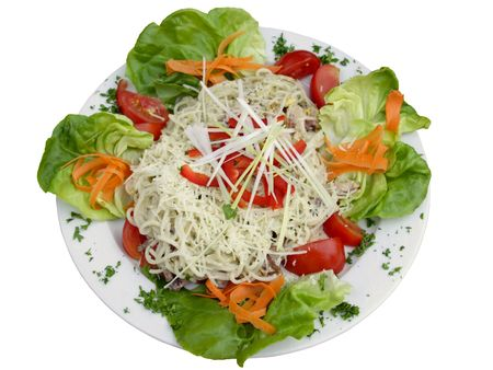 spaghetti carbonare whith groenten op witte plaat