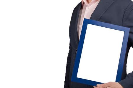 拿着文凭框架的大模型商人隔绝在白色背景。拿着空的图片证明毕业框架的人。复制空间