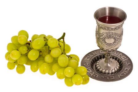 shabat: Copa del ritual y de la uva en el fondo blanco