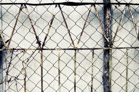 malla metalica: valla de la vendimia de malla metálica Foto de archivo
