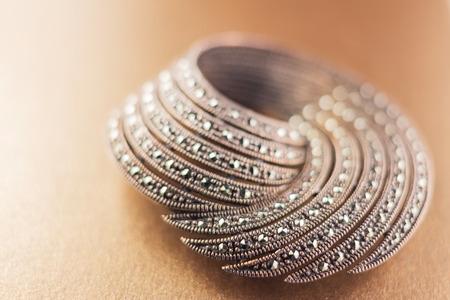 pietre preziose: spilla in argento con pietre preziose