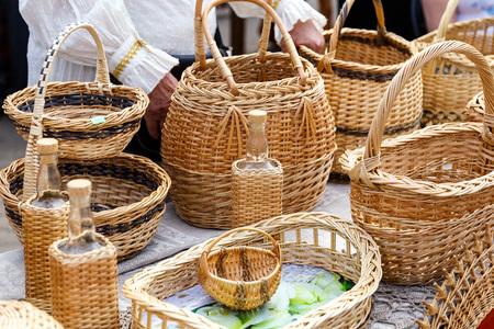 民芸品の展示販売で麦わら手バスケット 写真素材