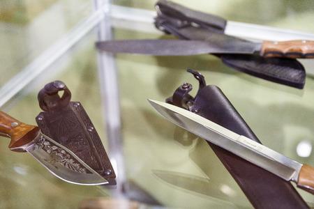 Jagdmesser in Geschirren liegen auf einem Regal in einem Jagdgeschäft