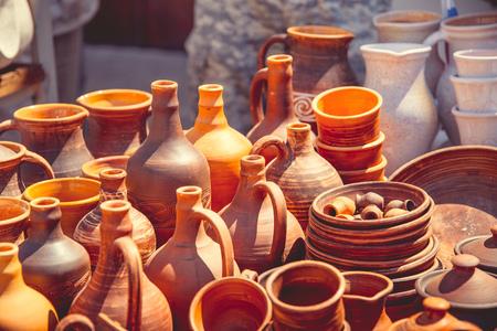 ollas de barro: Las ollas y las tazas de arcilla se venden debajo del cielo abierto