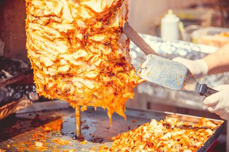 Cucinando shawarma in un bar sulla strada Archivio Fotografico - 80352736