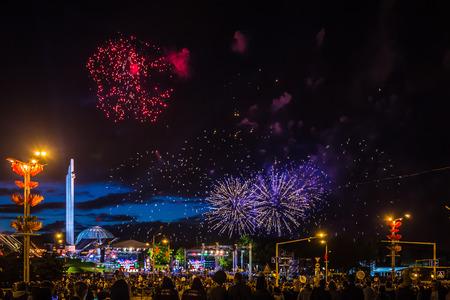 MINSK, BELARUS - 4. MAI 2017: Buntes Feuerwerk während der Feier des Unabhängigkeitstags von Belarus Standard-Bild - 81752294
