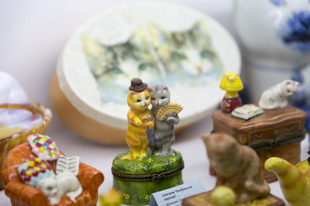 animal figurines: MINSK, BELARUS - OCTOBER 10, 2017: SOUVENIRS IN THE FORM OF CATS ARE SOLD ON SHELVES IN THE STORE OF GIFTS