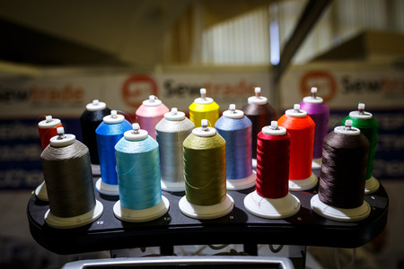 Colorful thread spools used in fabric and textile industry Standard-Bild