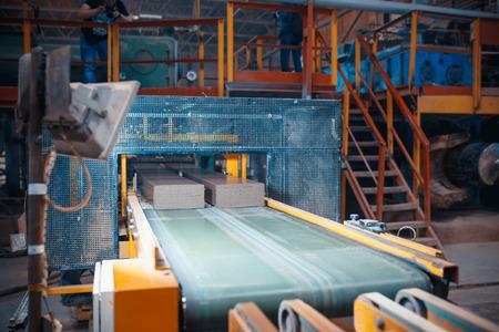 Línea transportadora para baldosas cerámicas en planta pesada. Fábrica para la Producción de Azulejos Cerámicos.