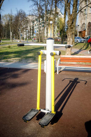 MINSK, BELARUS - 1 MAY, 2019: children, adults and old people exercise on outdoor exercise machines Foto de archivo