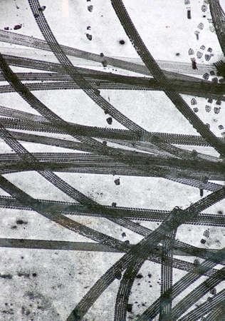 Auto-en humane sporen op de verse sneeuw Stockfoto
