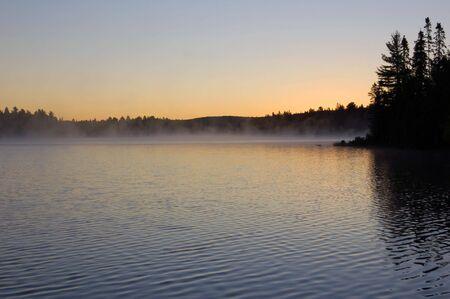 일출과 안개 Algonquin 공원의 아름다운 호수에서