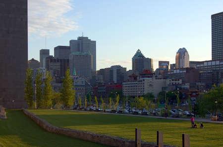 자크 - 까르띠에 플레이스 (Place Jacques-Cartier)에서 몬트리올 다운타운의 전망 스톡 콘텐츠