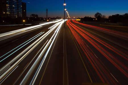 exposición: Carretera por la noche, la exposici�n prolongada  Foto de archivo