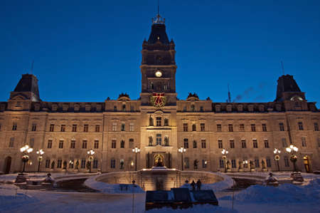 Quebec parliament building in winter night time Imagens