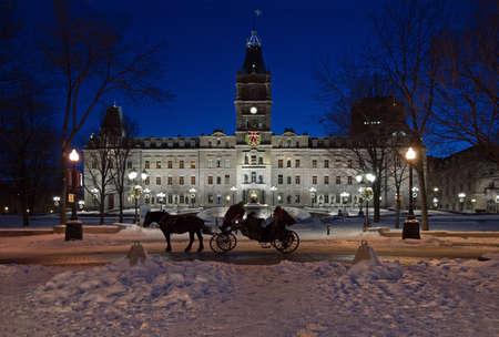 겨울 밤 시간에 퀘벡의 의회 건물