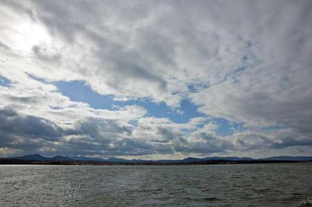 호수 Champlain 어두운 구름 아래 물.