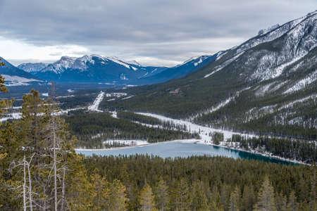 Canmore, Alberta, Canada 근처의 록키 산맥