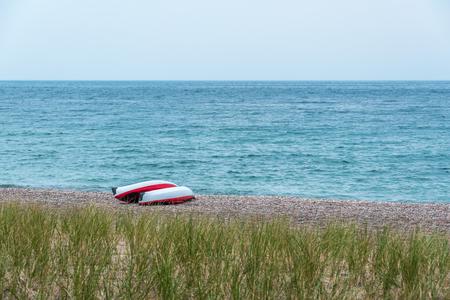 Two singke kayak on shore of Superior Lake, Canada Imagens