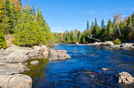 Cascading water over rocks in Superior Lake Provincial park, Canada Imagens